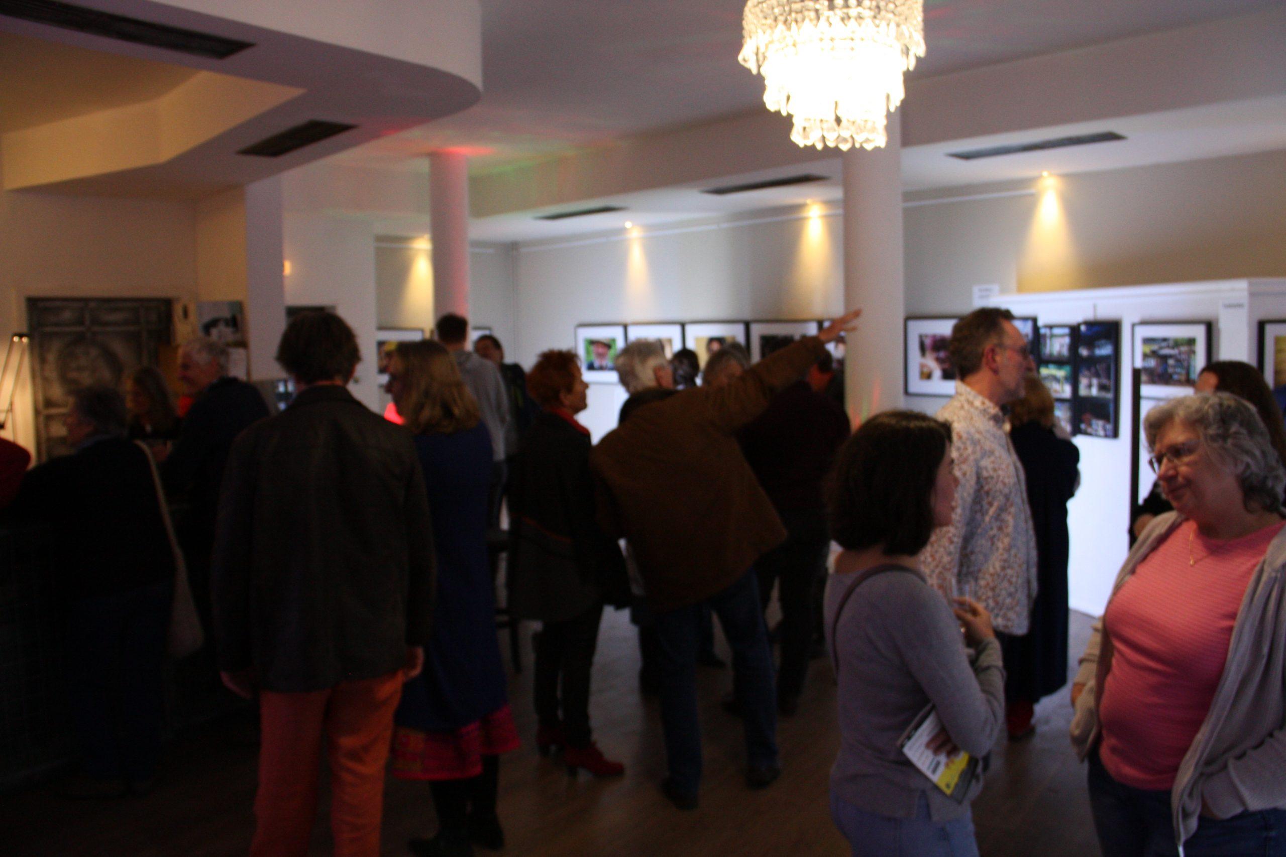 """Ausstellung """"Die Welt ist bunt"""" – PiPaPo 2019 mit Fotograf Ralf Steinberger. Lichtdesign von Günter Klügl"""